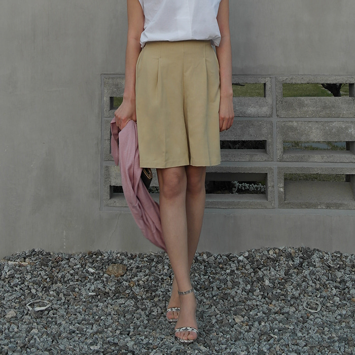 Pleated Linen-Blend Shorts